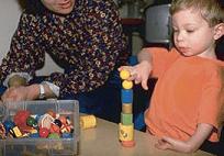 la Terapia ocupacional se enfocará también a desarrollar la función de las dos manos para comer